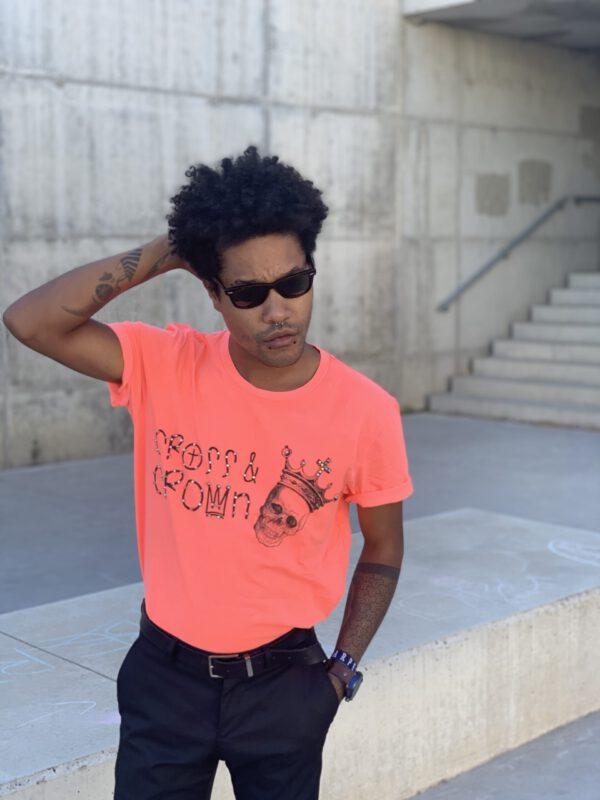 camiseta naranja logo