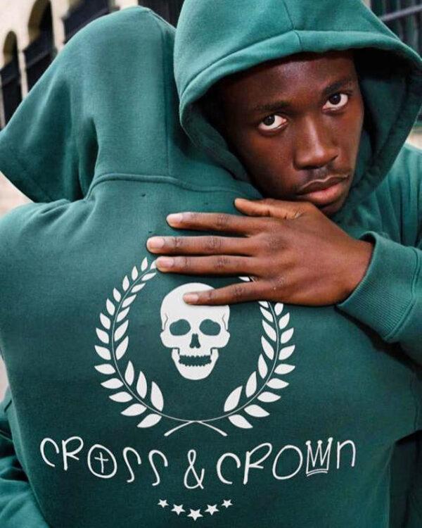 Sudadera verde con logo en la espalda